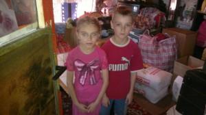 De kinderen van Zavet, het meisje is 9 en het jongentje 7. Op de achtergrond staan de gebrachte goederen